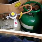 Der ganz normale Druckminderer mit der normalen Gasflasche und der Tankgasflasche