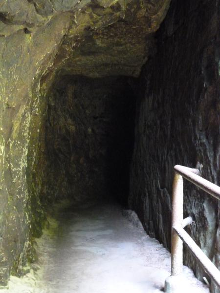 Felsdurchgang auf dem Weg in die Edmundsklamm