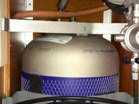 Aluflasche oben befestigt mit Eigenbauhalter,dabei die Löcher vom abgebauten Kragen benutzt. In der Mitte auch mit  Eigenbauhalter an den Seitenwänden  befestiegt,dient gleichzeitig als Grundlage für den Halter der grauen Tauschflasche.