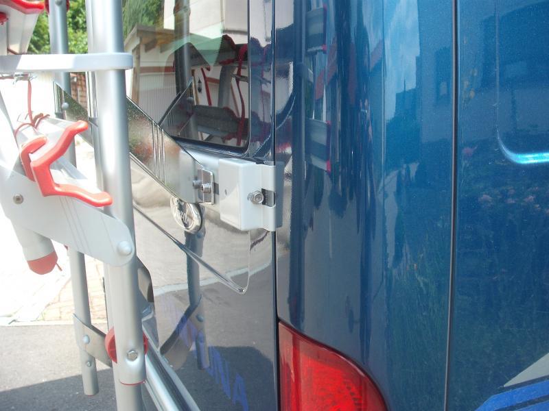 Zur Befestigung des oberen Spannhalters musste die Ford-Pflaume etwas nach unten rücken, wurde mit Sika-Flex geklebt, nachdem die ursprünglichen Befestigungen entfernt waren. Die Löcher in der Tür sind aber komplett überdeckt