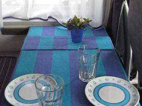 Tischdecke (gegen Verrutschen mit Klettband und Antirutschmatte gesichert)