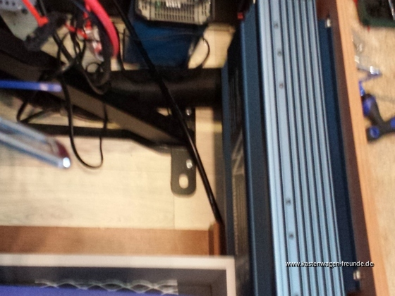 Der 1200er Sinuswechselrichter ist schon ein Trumm. Ich habe mit allen Tricks gearbeitet, um ihn in der Sitzbtruhe einzubauen. Den B2B-Lader mußte ich deshalb hängend am Deckel installieren.