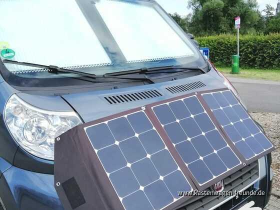 Solartasche120Wp mit zwei Magneten auf derMotorhaube in Richtung der Sonne